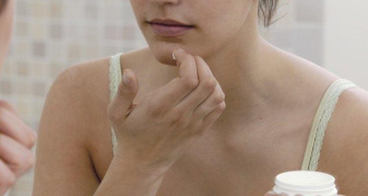 El ácido salicílico trata enfermedades de la piel tales como el acné.