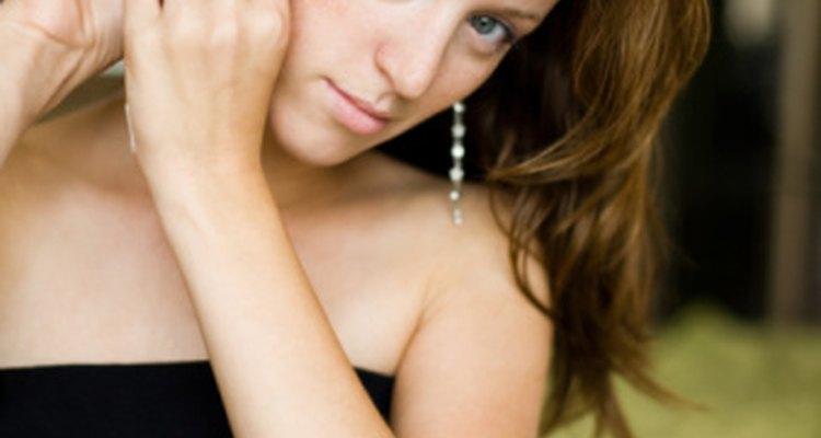 Los pequeños granitos en la orejas pueden causar dificultad para usar aretes.