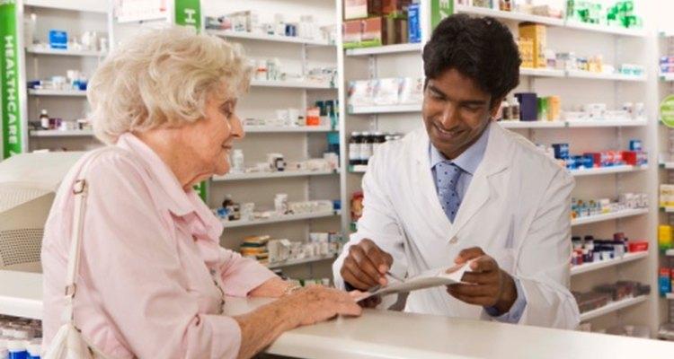 El farmacéutico es un profesional de la salud calificado para completar las recetas en una farmacia.