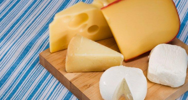 Algunos quesos se deben evitar durante el embarazo porque están hechos con leche no pasteurizada.
