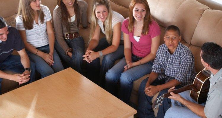 Los adolescentes se reúnen para disfrutar de música y buena compañía.