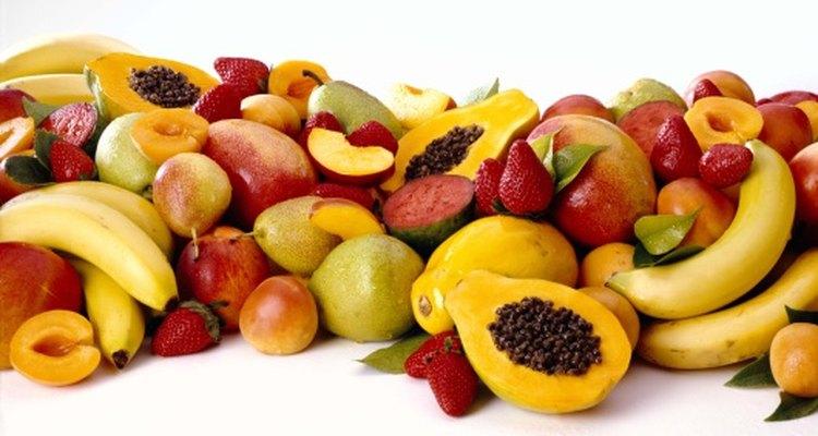 Aprende cómo pelar las papayas y los mangos para un dulce y saludable bocadillo.