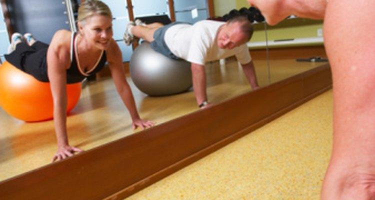 Las flexiones (push-ups) pueden ayudar a construir el músculo del pecho.