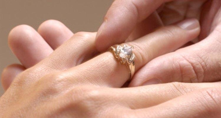 Un anillo demasiado apretado puede afectar la circulación de tu dedo y debe ser retirado.