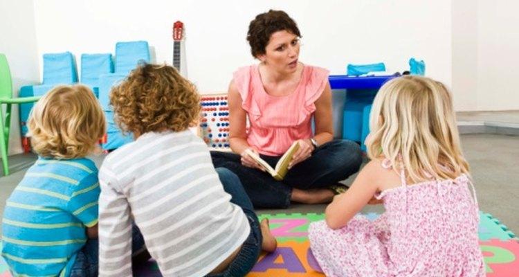 Los estudiantes auditivos disfrutan escuchando la lectura de un libro.