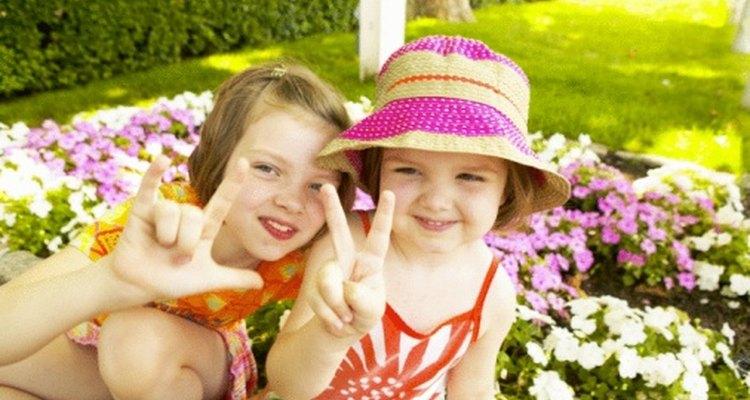 Los niños pequeños pueden aprender el lenguaje de señas para mejorar su comunicación.
