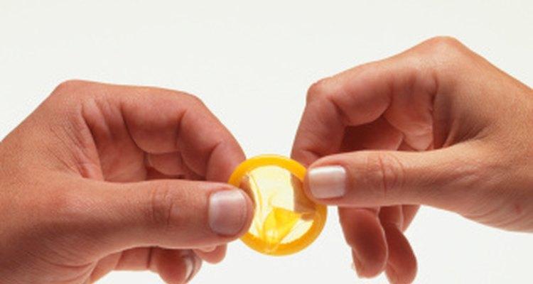 Cualquiera de los dos puede poner el condón mientras se tenga cuidado.