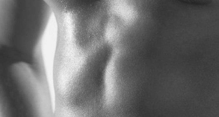 El dolor en los pectorales puede ser una señal de un tirón o un desgarre muscular