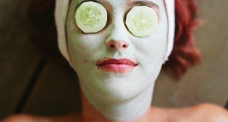 Las rodajas de pepino sobre los ojos puede reducir la hinchazón.