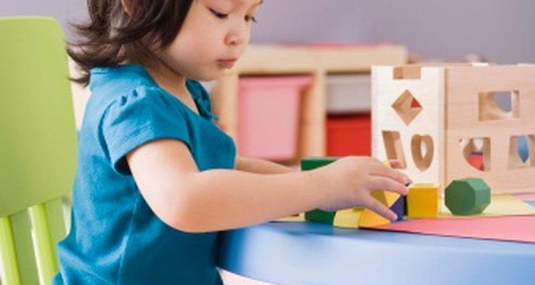 Los rompecabezas y clasificadores de formas promueven al aprendizajes a través de prueba y error.