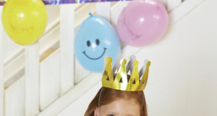 Las decoraciones tradicionales de las fiestas de cumpleaños incluyen carteles, serpentinas, y globos.
