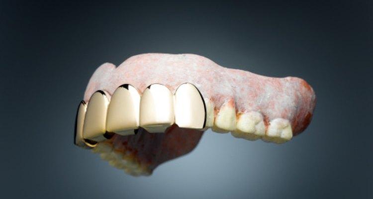 Elimina las manchas de las prótesis dentales.