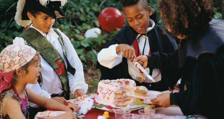 Una fiesta de cumpleaños con temática de Campanita y piratas es adecuada par niños y niñas.