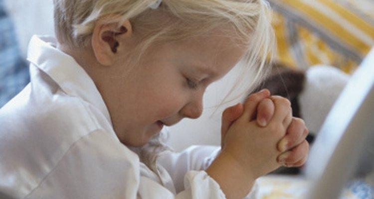 Los niños pequeños aprenden a rezar en la escuela primaria.