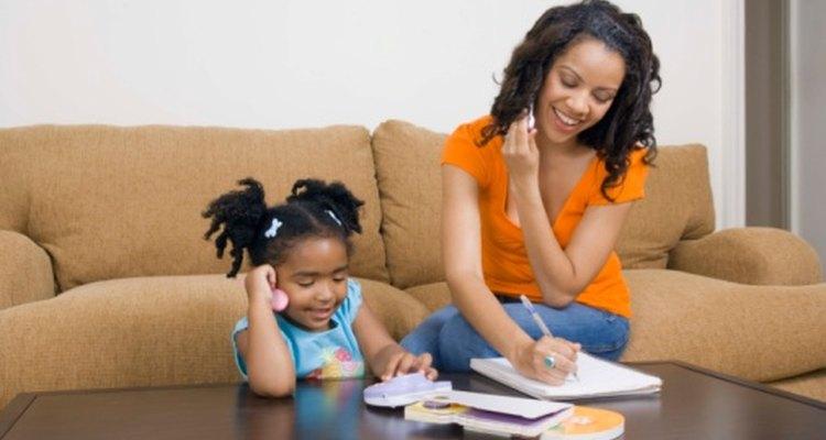 Los padres deben animarse a hablarle de forma adecuada a sus hijos para ayudarlos a desarrollar sus habilidades lingüísticas.