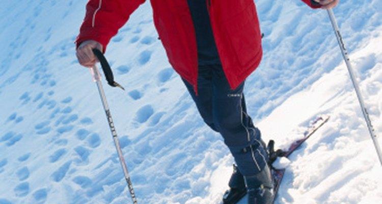 Los pantalones y los baberos para esquiar poseen características muy similares.