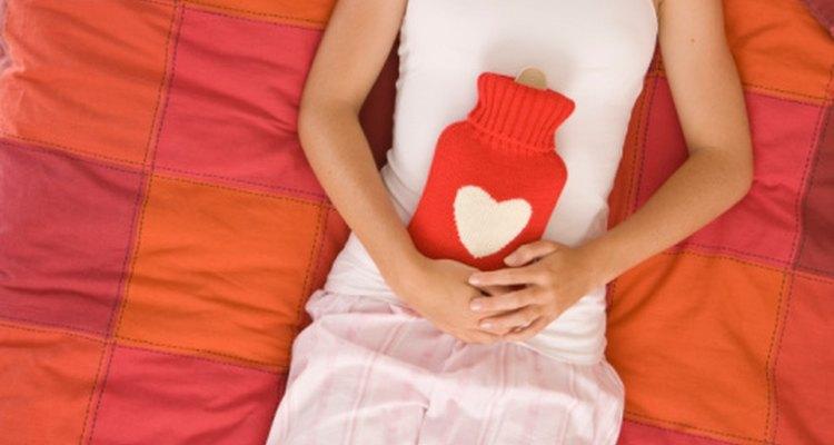 Sostener una bolsa de agua caliente sobre el estómago puede ayudar a reducir el dolor abdominal.