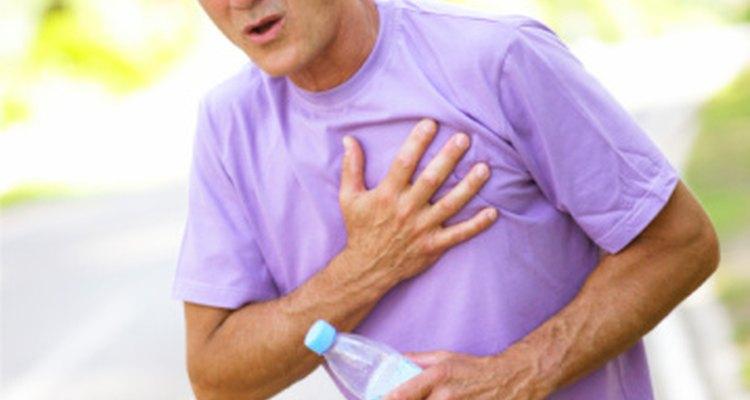 Si te duele el pecho después de hacer ejercicio cardiovascular, puede ser una señal de una lesión o de un problema en los pulmones o el corazón.