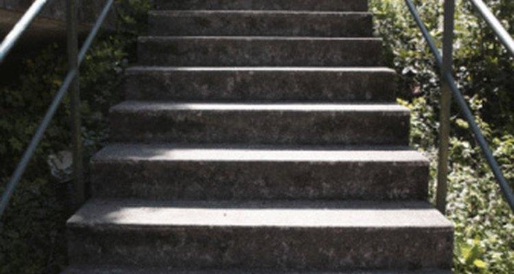 La debilidad en los músculos y la mala circulación causan dolor al subir escaleras.