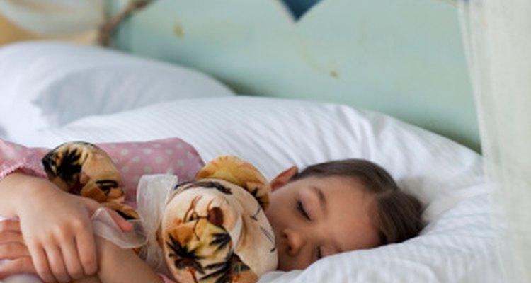 El uso de la guarda bucal detiene el rechinido de dientes cuando un niño duerme.
