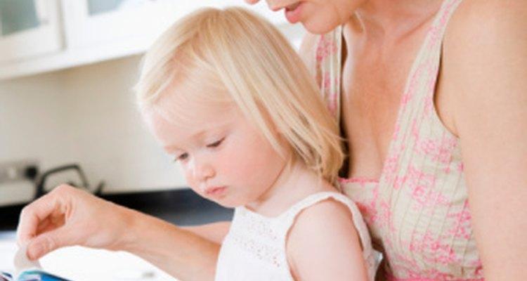 Leerle a un niño les enseña colores, formas y habilidades lectoras.