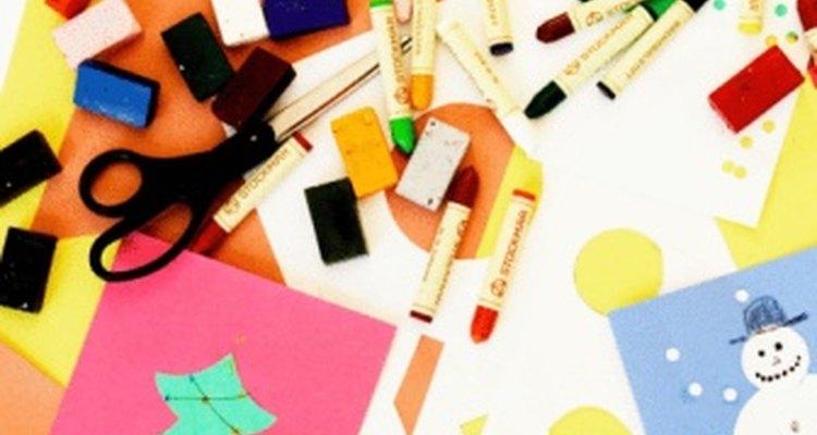 Pide a los niños que hagan tarjetas de Navidad con materiales sobrantes.