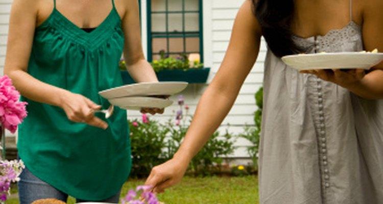 Crea un almuerzo de mujeres al aire libre con comida y bebidas sin alcohol para una despedida de soltera.