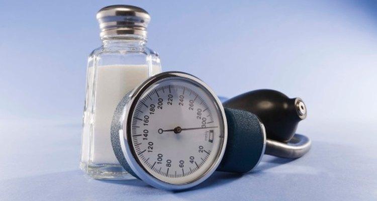 Los altos niveles de sodio aumentan la presión arterial.