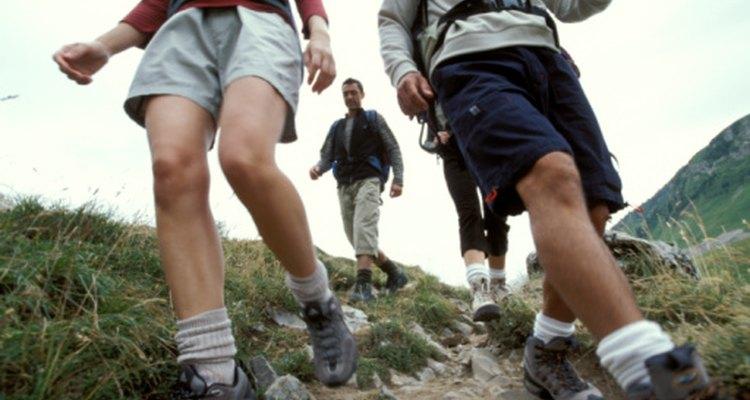 El senderismo en descenso aumenta el impacto del soporte del peso en tus rodillas.