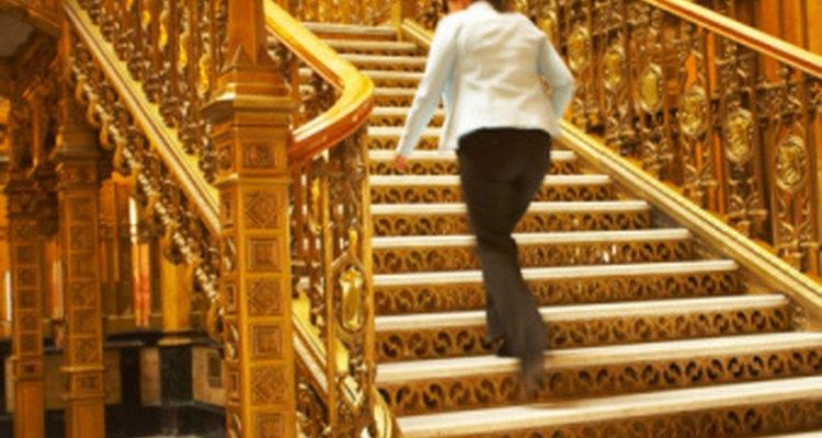 El dolor de piernas al subir escaleras puede indicar un tirón muscular en el muslo.