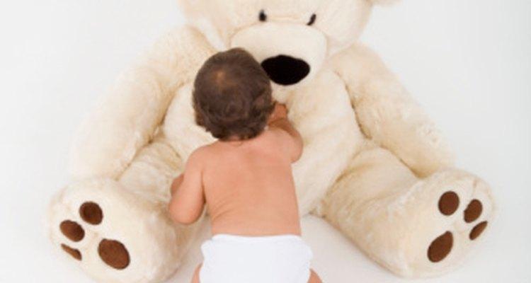 Establecer su juguete preferido fuera del alcance anima al bebé a gatear.
