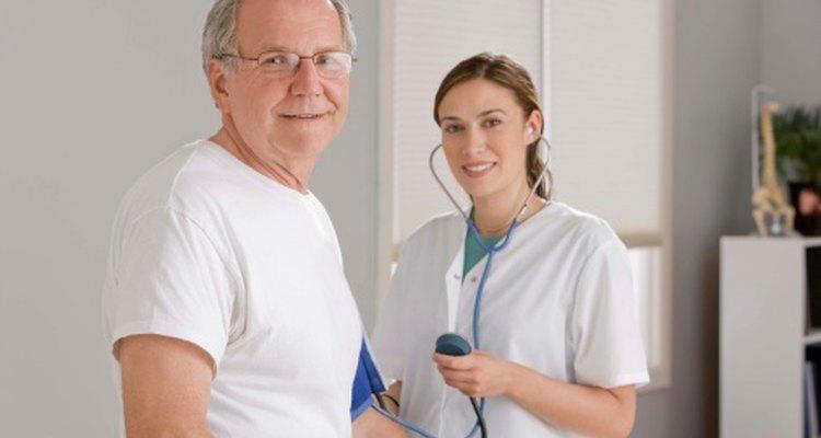 Enfermera tomándole la presión sanguínea a un paciente.