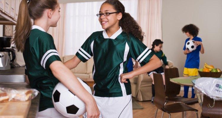 Los deportes de la escuela secundaria proveen ejercicio e interacción social.