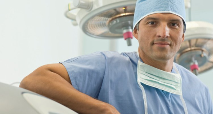 La especialidad de un doctor se denota por una abreviación después de su nombre.