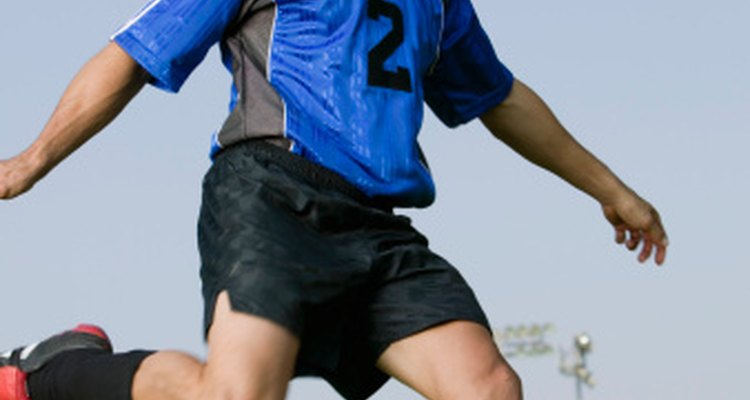 Patear una pelota puede conducir a la tensión muscular en el muslo, así que ten cuidado de no exagerar y empeorar la lesión.