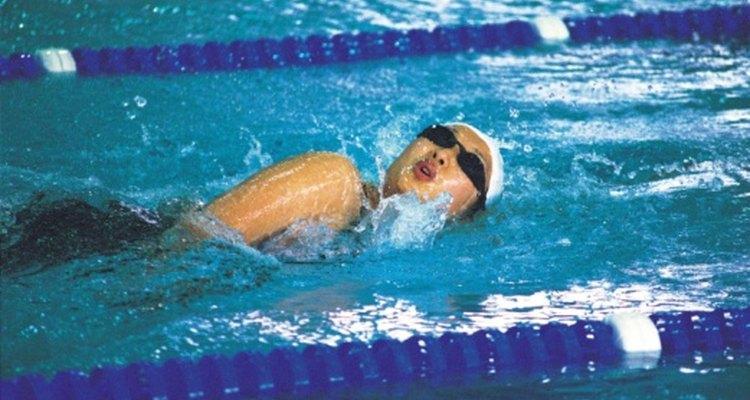 Tragar agua de la piscina puede causarte tos mientras nadas.