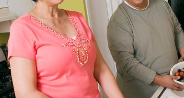 Usa blusas con detalles en el cuello para dirigir la atención lejos de tu parte media.