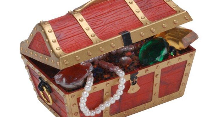 Un cofre del tesoro es el mejor accesorio para una fiesta de cumpleaños de piratas y princesas.