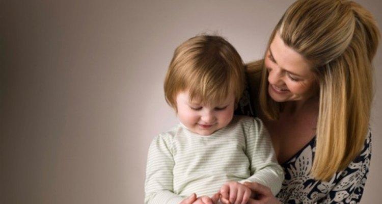 A medida que los bebés crecen y cambian, desarrollan habilidades motrices finas cuando se involucran en una variedad de actividades diferentes.