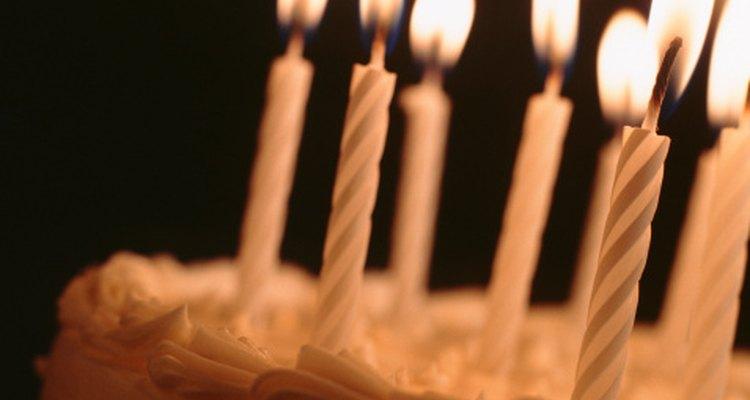 Sírvele al invitado de honor su pastel favorito durante su fiesta de cumpleaños.