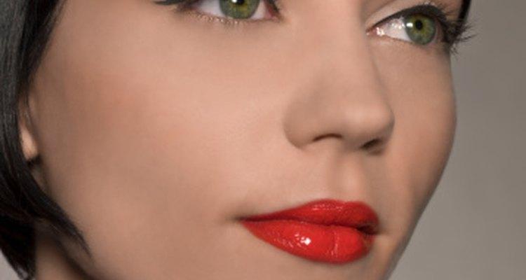 Los labios rojos y el delineador de ojos negro son sólo una manera de combinar un vestido rojo y negro.