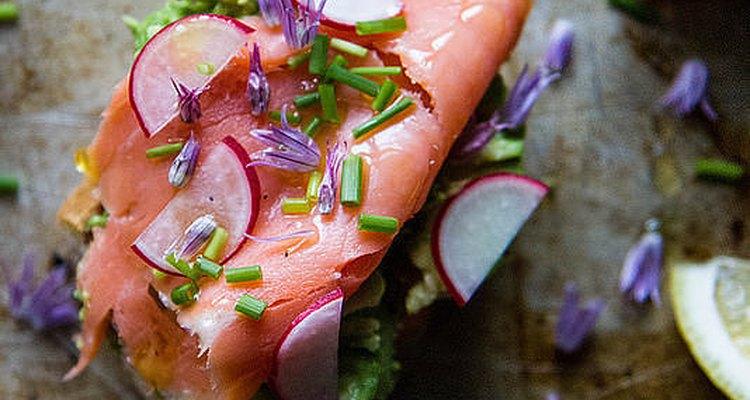El salmón ahumado combina maravillosamente con el aguacate.