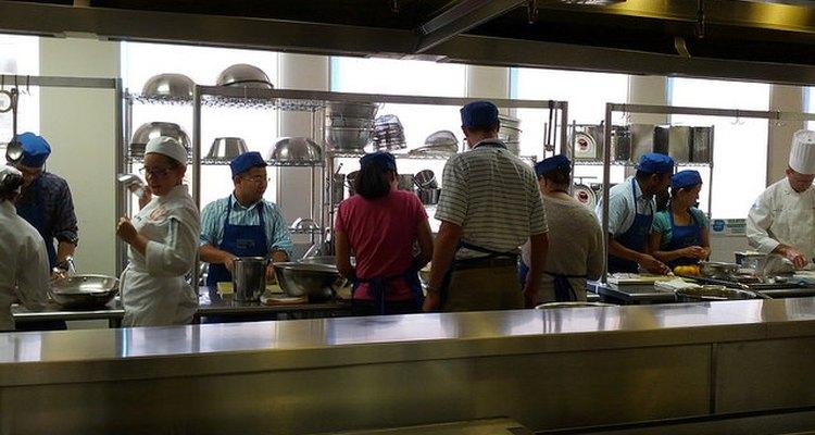 Alumnos trabajando en una cocina del Instituto Culinario Francés de San Francisco
