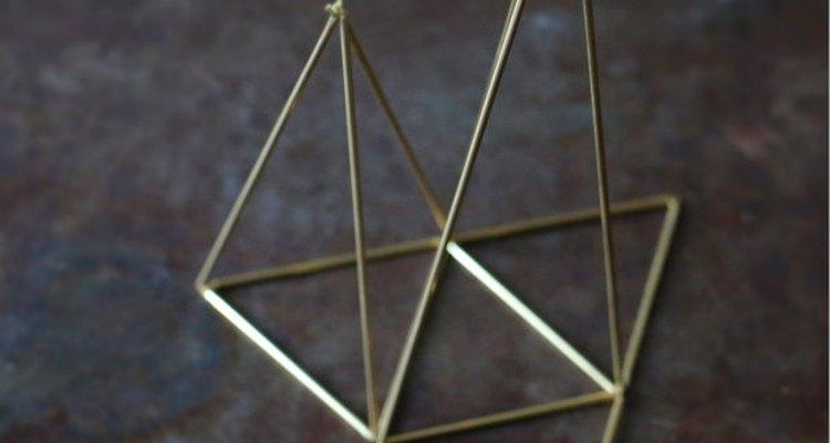 Forma otra pirámide de modo que quede unida a la original.