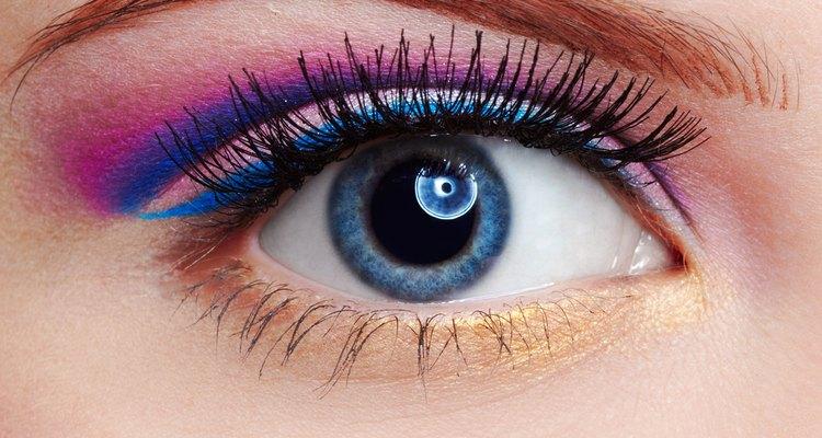 Aprenda a realçar seus olhos azuis com a maquiagem