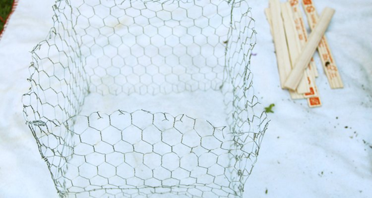 La malla para gallinero sin soportes es endeble y no se mantiene firme.