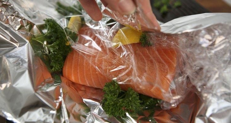 O papel alumínio é usado para congelar o salmão adequadamente