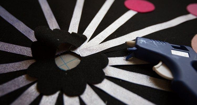 Pega un pequeño círculo de fieltro en el centro de la falda para cubrir las partes desprolijas.