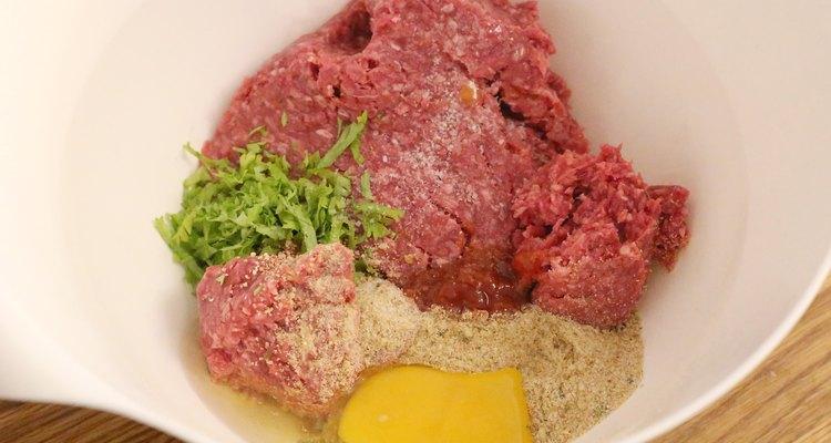 Evite misturar demais a carne para não deixar que as almôndegas fiquem muito duras