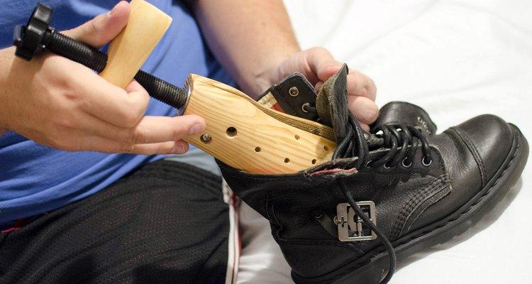 Usa un aparato para estirar los zapatos.